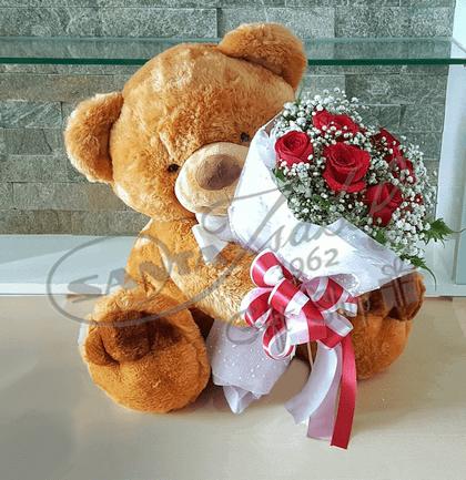 oso de peluche y rosas